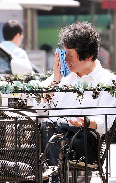 야권통합운동을 벌이고 있는 문성근 국민의명령 대표가 22일 오후 서울 여의도의 한 카페에서 잠시 더위를 식히고 있다.