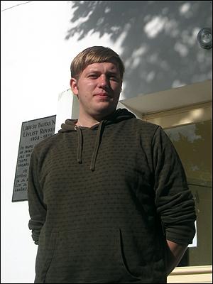 마지르베 리브문화센터 건물 앞에서 포즈를 취한 리브인연합회 대표 다비스 스탈츠.