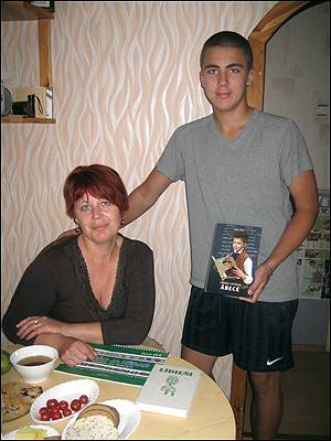기자에게 훌륭한 숙소를 제공해준 마티스와 그의 어머니 산타. 마티스는 리브어 학습 교재도 보여주었다.