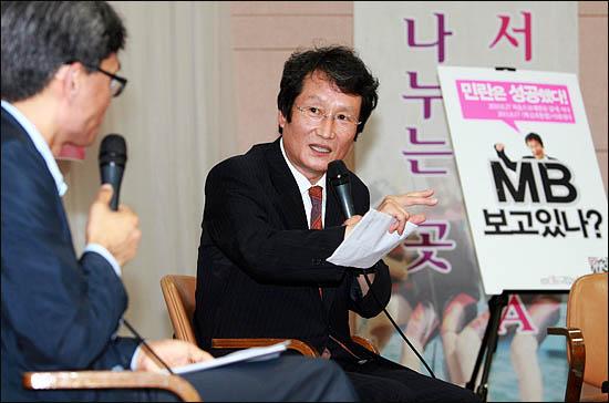 야권통합운동을 벌이고 있는 문성근 국민의명령 대표가 25일 저녁 서울 종로 YMCA 대강당에서 열린 백만민란 1주년 기념 토크콘서트에서 진보정당에게 끝장토론을 제안하고 있다.