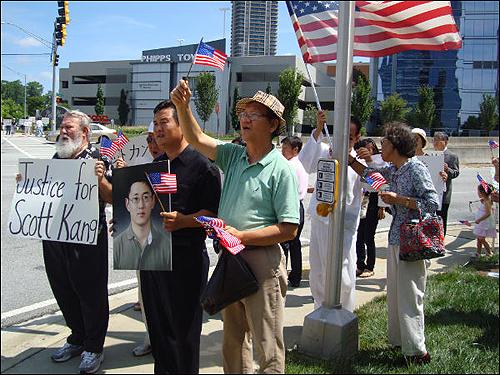 강훈군 피살 사건 진상규명대책위원회는 8월 15일 애틀랜타 일본총영사관 앞에서 시위를 벌였다. 왼쪽부터 레이몬드 워즈니악씨, 강훈군의 사진을 들고 있는 아버지 강성원씨, 박해명씨.