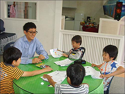 생전에 강훈군이 한국에서 아이들에게 영어를 가르치던 모습.
