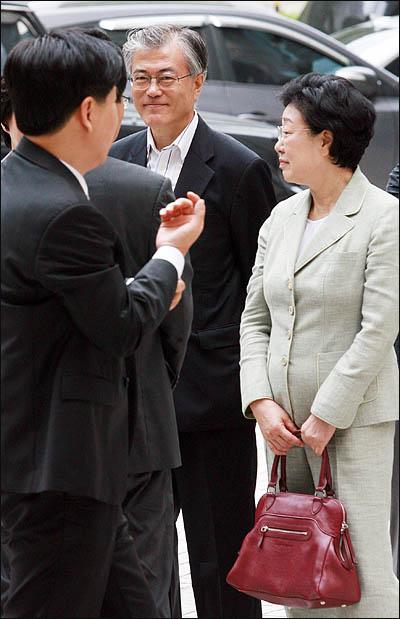 한명숙 전 국무총리가 29일 오전 마지막 증인신문이 예정된 서울중앙지방법원에 도착하고 있다. 이 자리에 함께한 문재인 노무현재단 이사장이 한 전 총리의 옆을 지키고 있다.