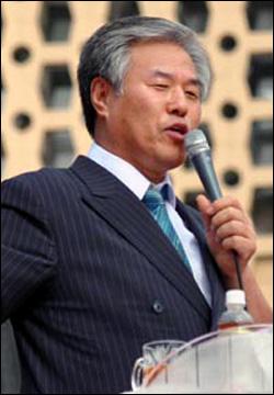 전광훈 목사는 어버이연합회에 1000만원을 지원해 희망버스를 막았다고 주장했다. 지난 6월 시청 광장에서 열린 대한민국 바로 세우기 위한 국민대회에서 발언 중인 모습.