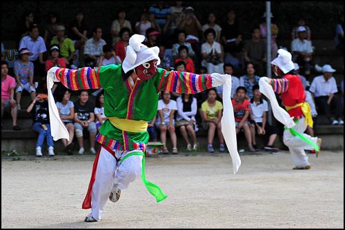 인천 수봉민속놀이마당에서 탈춤꾼들이 관객에게 은율탈춤을 보여주고 있다.