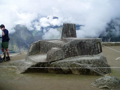 태양을 묶어두려는 의식을 행하는 마추픽추의 인티와타나 돌