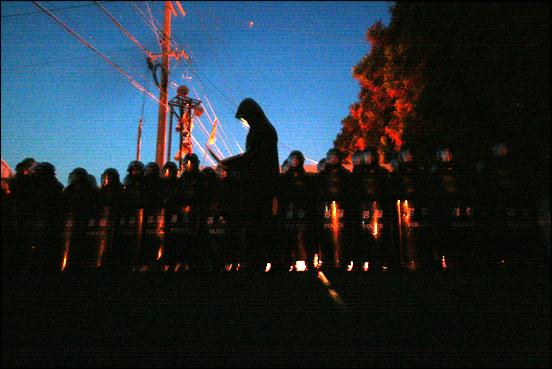 9월 2일 새벽 5시, 경찰은 기습적으로 강정 앞바다로 갈 수 있는 유일한 통로인 중덕삼거리로 가는 모든 길을 폐쇄하였다. 경찰의 습격 소식을 전한 마을 방송과 사이렌소리를 듣고 나온 주민들은 중덕삼거기로 갈 수 없었고, 해군은 중덕삼거리에서 바다로 가는 길을 펜스로 막기 시작했다.