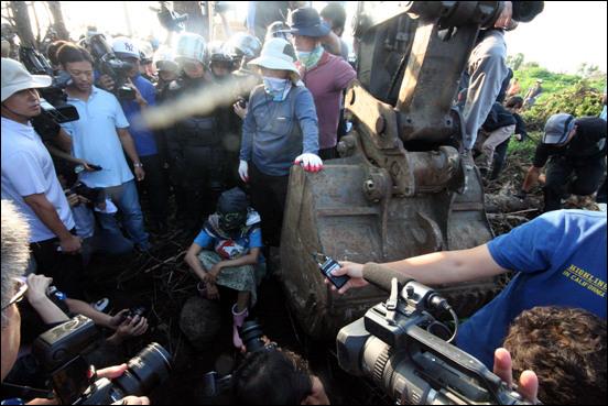 어느 평화활동가가 맨몸으로 공사를 강행하는 포크레인 앞에 달려들어 공사를 잠시 멈추었지만, 경찰은 그 사람을 바로 연행했다. 이날 강정마을 현장에서는 주민과 대학생, 평화활동가 등 35명을 연행해갔다.