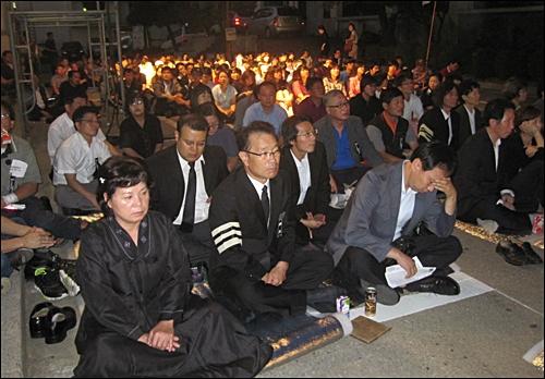 6일 오후 이소선 어머니 추모의 밤에 참석한 참가자들이 고인의 생전 영상을 보고 있다.