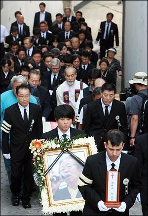 '노동자의 어머니 이소선 민주사회장'이 열리는 7일 오전 발인예배를 마친 뒤 유가족과 장례위원들이 뒤를 따르는 가운데 고인의 운구행렬이 서울대병원 장례식장을 나오고 있다.