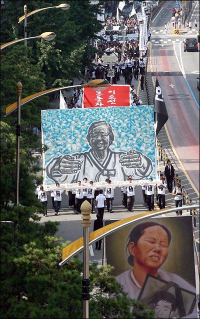 '노동자의 어머니 이소선 민주사회장'이 열리는 7일 오전 서울대병원 장례식장을 나선 운구행렬이 영정과 부활도를 앞세우고 영결식이 열리는 대학로를 향해 이동하고 있다.