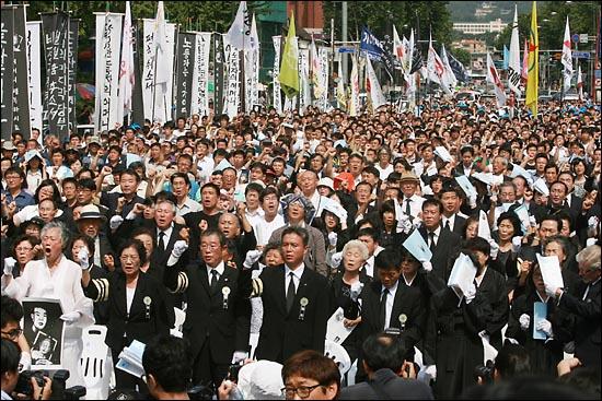 '노동자의 어머니 이소선 민주사회장'이 엄수된 7일 낮 서울 대학로 영결식장에서 유족과 장례위원, 노동자 등 참석자들이 '임을 위한 행진곡'을 합창하고 있다.