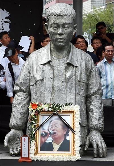 '노동자의 어머니 이소선 민주사회장'이 엄수된 7일 낮 서울 청계천 평화시장앞 '전태일 다리'에서 열린 노제에서 고인의 영정사진이 아들의 동상앞에 놓여 있다.