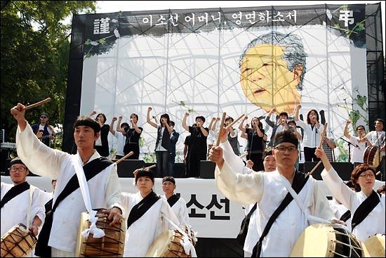 '노동자의 어머니 이소선 민주사회장' 영결식이 열린 7일 낮 서울 대학로에서 합창단과 노동자 풍물패가 민중가요 '어머니'를 부르고 있다.