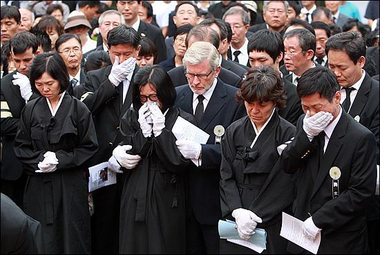 7일 오후 경기도 마석 모란공원에서 '노동자의 어머니 이소선 민주사회장' 안장식이 거행되고 있는 가운데, 유가족들과 조문객들이 하관을 지켜보며 눈물을 흘리고 있다.