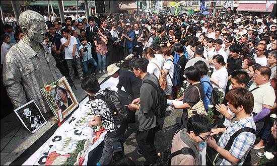 '노동자의 어머니 이소선 민주사회장'이 엄수된 7일 오후 서울 청계천 평화시장 앞 '전태일 다리'에서 열린 노제에서 조문객들이 고인의 넋을 기리며 헌화하고 있다.