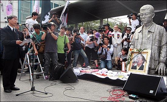 '노동자의 어머니 이소선 민주사회장'이 엄수된 7일 오후 서울 청계천 평화시장 앞 '전태일 다리'에서 열린 노제에 박원순 희망제작소 상임이사가 참석해 고인의 넋을 기리며 조사를 하고 있다.