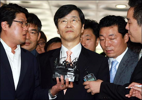 9일 오후 영장실질심사를 위해 서울중앙지법에 도착한 곽노현 서울시교육감이 기자들의 질문에 답변을 하지 않고 있다.
