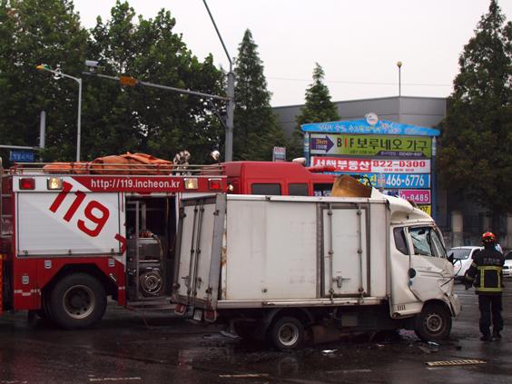 사고현장 사고난 트럭이 찌그러져 있다.