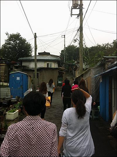 보슬비가 내리는 지난 9일 <오마이스타> 기자들은 서울 중계본동 104마을에 다녀왔습니다. 불암산 밑에 자리 잡은 이 곳은 서울의 마지막 판자촌이라 불립니다.