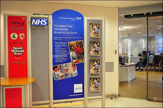 영국 런던의 한 병원에 비치되어 있는 NHS(National Health Service) 헬스케어 프로그램 홍보물 옆으로 환자 이송 라운지가 보인다.
