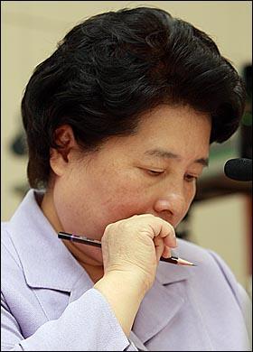 14일 오전 서울 여의도 국회 여성가족위원회에서 열린 김금래 여성부 장관 인사청문회에서 박선영 자유선진당 의원이 김 후보자 비서진들의 상여금이 정치후원금으로 지급된 것에 대해 추궁하자, 김 후보자가 고개를 숙이고 있다.