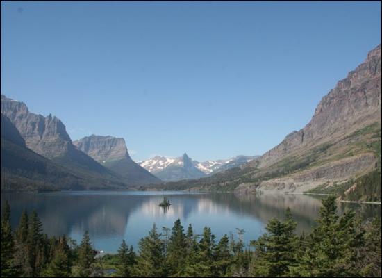 호수 글래시어의 풍광은 산과 호수가 잘 어울린다.