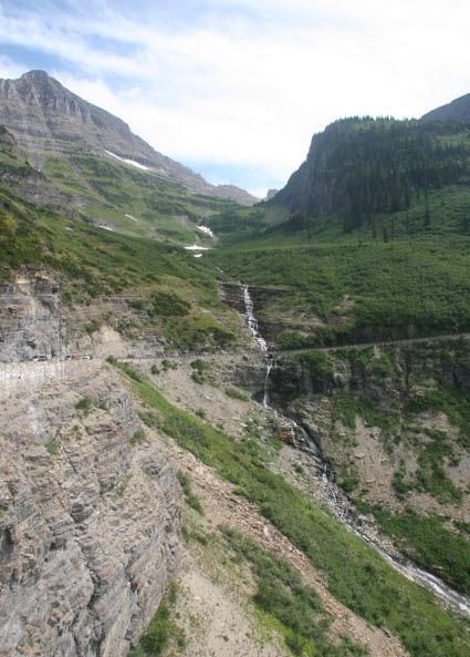 물줄기 산 정상부터 계곡까지 쏟아지는 수백미터 길이의 폭포.