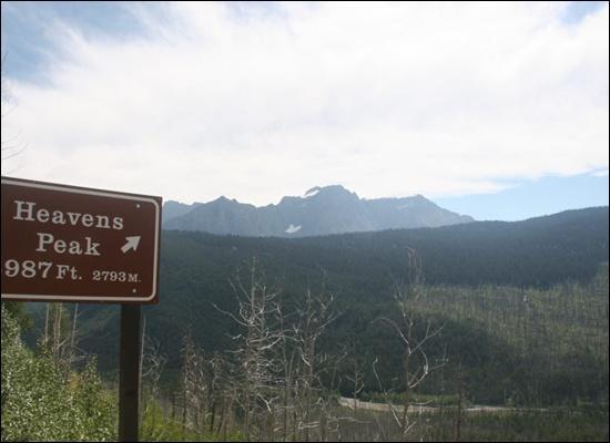 하늘봉 안내 표지판이 높이 약 2800미터의 '하늘봉'을 가리키고 있다. 글래시어 국립공원에는 고도 3000미터가 넘는 고봉들이 즐비하다.