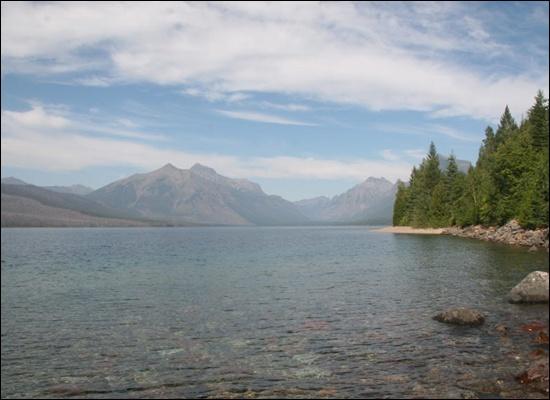 눈이 녹아 만들어진 공원 동쪽의 호수. 물이 차고 맑은 탓인지 이끼를 찾아보기 어렵다.