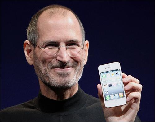 아이폰은 세계 정보통신기술에 혁명을 가져온 것은 물론, 사람들이 소통하고 정보를 얻는 방식을 바꿔놓았다. 사진은 2010년에 아이폰4를 소개하는 애플의 전 최고경영자 스티브 잡스.