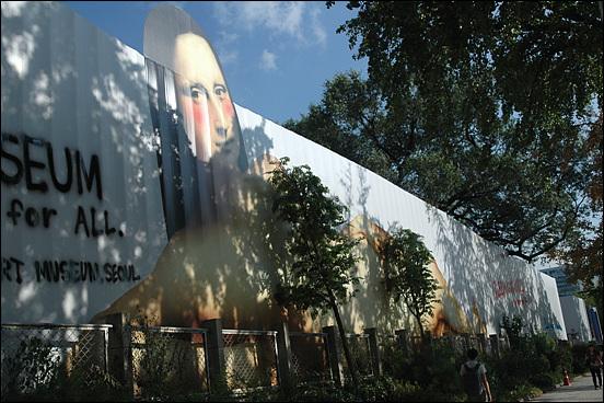 가림막 국립현대미술관 서울관 신축공사장의 가리막에 모나리자(?)를 닮은 여인의 누드화가 그려져 있다. 가상 현실과 현실 가상의 경계를 본다.