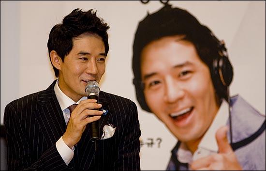 SBS 라디오 '영스트리트'의 DJ로 복귀하는 붐(이민호)이 16일 오후 2시 서울 목동 SBS 사옥에서 기자간담회를 열고 기자들과 얘기를 나누고 있다.