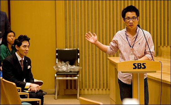지난달 22일 전역한 방송인 붐(본명 이민호)가 SBS 라디오 '영스트리트'의 DJ로 복귀해 16일 오후 2시 서울 목동 SBS 사옥에서 기자간담회를 열었다.  담담 PD인 허금욱(오른쪽)이  DJ인 붐을 소개하고 있다.