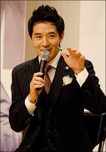 지난달 22일 전역한 방송인 붐(본명 이민호)가 SBS 라디오 '영스트리트'의 DJ로 복귀해 16일 오후 2시 서울 목동 SBS 사옥에서 기자간담회를 열고 기자들의 질문에 답하고 있다.