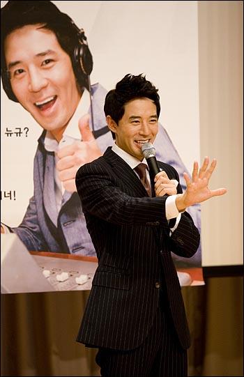 SBS 라디오 '영스트리트'의 DJ로 복귀한 붐이 16일 오후 2시 서울 목동 SBS 사옥에서 기자간담회를 열었다. 붐이 취재진의 카메라앞에서 특유의 포즈를 취하고 있다.