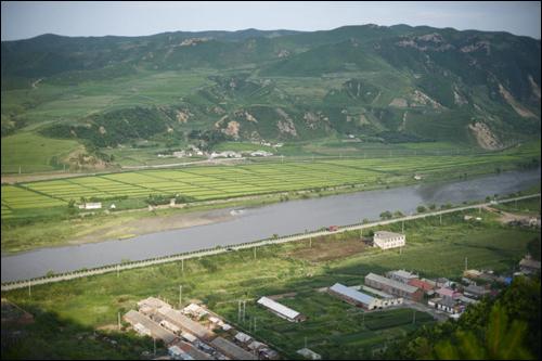 두만강을 사이에 둔 중국 도문과 북한