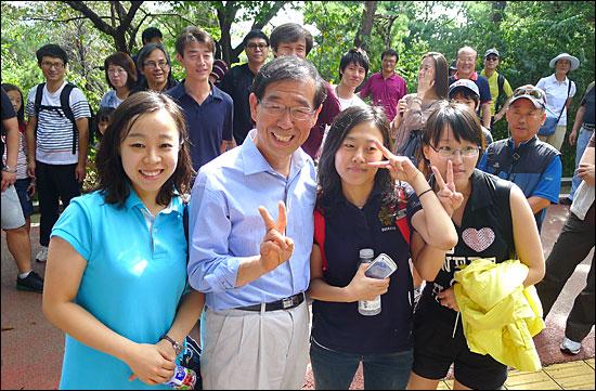 18일 오전 박원순 변호사가 남산에서 만난 시민들과 사진을 찍고 있다.
