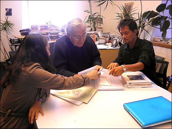 해군기지 반대투쟁을 하다가 수감 중인 강동균 강정마을 회장의 옥중편지를 신은정 감독의 도움을 받아 읽고 있는 촘스키 교수.