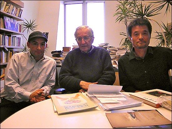 촘스키 교수가 미사일방어체계분석가인 매튜 호이(왼쪽)와 한국에서 온 고길천 화백과 기념사진을 찍고 있다.