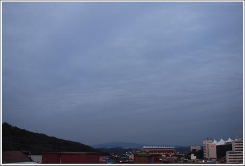 같은 하늘 다른 하늘 같은 시간 동쪽하늘의 풍경이다.
