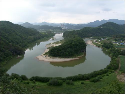 한반도지형 흐르던 물이 바위를 만나 그 바위와 싸우지 않고 돌아간 증거다.