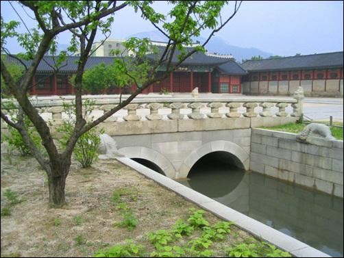 영제교 광화문과 흘례문을 지나 근정전으로 향하면 영제교가 나온다. 인위적으로 물이 흐르도록 했다. 궁궐을 드나드는 신하들이 이 다리를 건널때 깨끗이 마음을 씻고(洗心)들어오라는 의미다