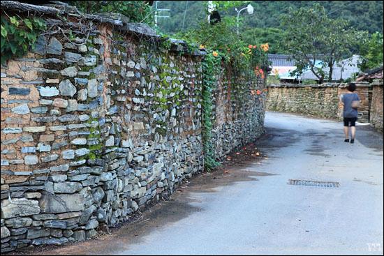 아랫부분은 돌로만 쌓은 '강담'이고 위는 돌과 흙을 섞어 쌓은 '토석담'이다. 돌로만 쌓는 것을 '메쌓기'라 하고 돌과 흙 등을 섞어 쌓는 것을 '찰쌓기'라고 한다