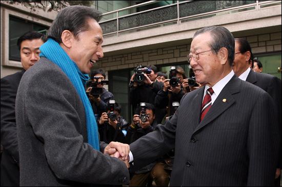 지난 2007년 12월 6일 당시 이명박 한나라당 대선후보가 서울 청구동 자택 대문까지 마중나온 김종필 전 자민련 총재의 손을 잡으며 인사를 하고 있다.