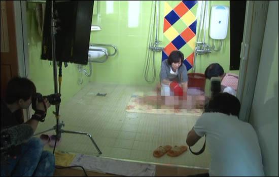 나경원 한나라당 서울시장 예비후보가 중증장애인 아동을 알몸목욕 장면을 공개해 논란이 되고 있다. 26일 서울시 용산구 후암동 가브리엘의 집을 방문한 나 후보는 조명까지 설치한 상태에서 목욕장면을 공개했다.