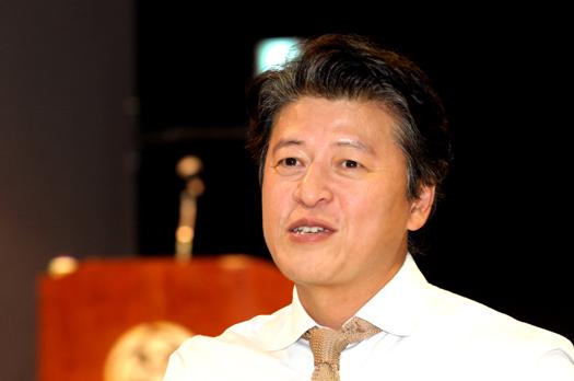 대표적 사회참여 연예인으로 알려진 배우 권해효(45)씨가 28일 부평을 찾아 '이 시대에 소셜테이너로 산다는 것'을 주제로 강연했다.