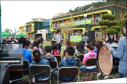 가사리생태교육관 개관식에서 관기초등학교 오케스트라 기악합주단이 축하공연을 하고 있다.