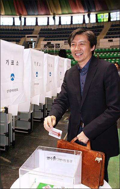 조국 서울대 교수가 3일 장충체육관에서 열린 서울시장 야권단일후보 선출을 위한 국민참여경선에서 투표를 마친 뒤 투표권카드를 반납하고 있다.