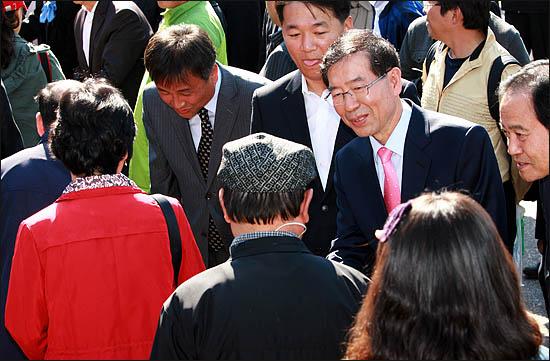 3일 서울시장 야권단일후보 선출을 위한 국민참여경선이 열린 장충체육관 앞에서 시민사회 박원순 후보가 투표소에 도착한 시민들과 인사하고 있다.